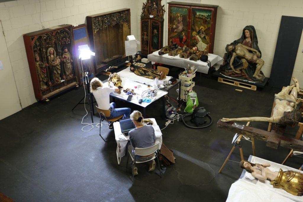 Restauratorinnen bei der Vorbereitung des Stettener Altars für den Transport vom Depot ins Kunstgebäude