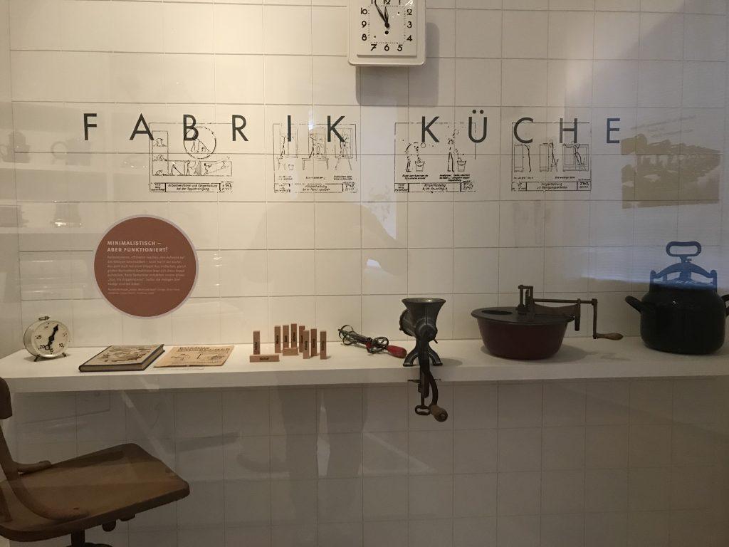 Puristische Krippe in der Ausstellung zur Rationiasierugn der Hausarbeit