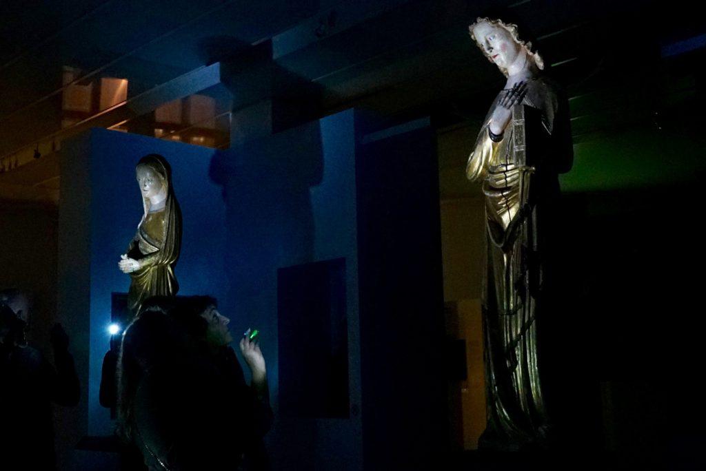 Mit Taschenlampen ausgestattet kann jeder die Ausstellung auf seine eigene Art erkunden © Landesmuseum Württemberg, Florian Feisel