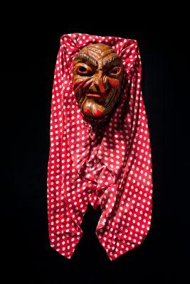 Diese Maske schnitzte Ergun Can bereits 1974. Es ist eine seiner frühesten Falken-Hexen.