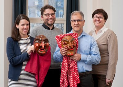 Ergun Can bringt seine Masken persönlich ins Museum. Von links nach rechts: Helena Gand, Markus Speidel, Ergun Can und Sabine Zinn-Thomas