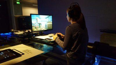 """Katharina Wilke beim """"Gameplay"""" in der gleichnamigen Ausstellung<em><br /> </em>"""