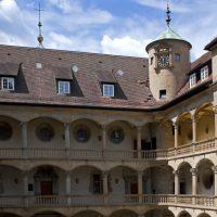 Altes Schloss mit Turmuhr