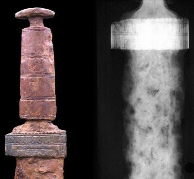 Wie das Schwert mit Goldgriff aus Sindelfingen ist auch die Klinge dieses zweischneidigen Schwertes mit Griff aus Hirschgeweih mit einem schlangenförmigen Wellen-Muster verziert. Es wurde in Hemmingen (Baden Württemberg) ausgegraben. (Links Foto, rechts: Röntgenbild) ©Landesmuseum-Württemberg, Foto: Moritz Paysan, CC BY-SA