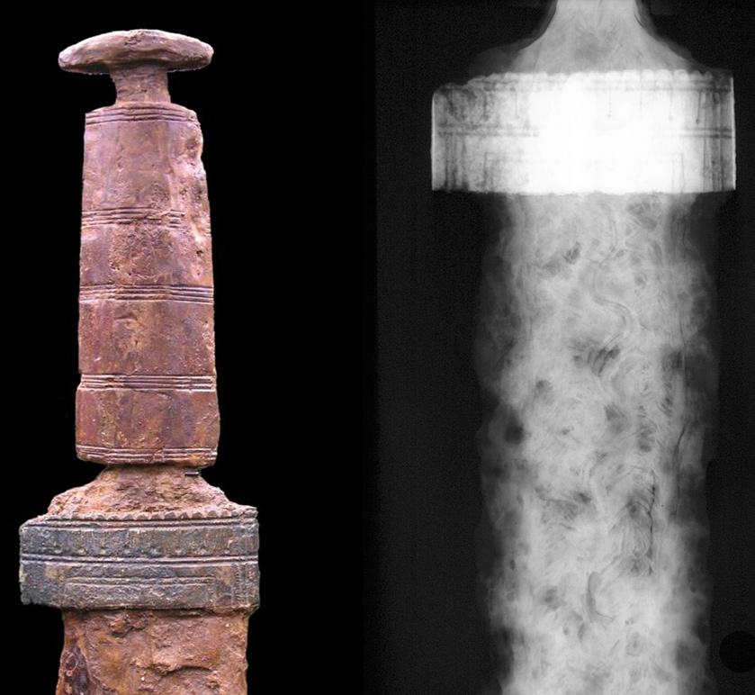 Wie das Schwert mit Goldgriff aus Sindelfingen ist auch die Klinge dieses zweischneidigen Schwertes mit Griff aus Hirschgeweih mit einem schlangenförmigen Wellen-Muster verziert. (Links Foto, rechts: Röntgenbild) ©Landesmuseum-Württemberg, Foto: Moritz Paysan, CC BY-SA