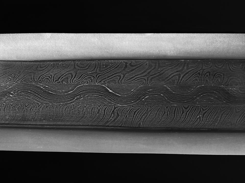 Technikgetreues Klingen-Modell zum Schlangenschwert aus Sindelfingen. Schmiedarbeit: Markus Balbach, japanische Politur: Stefan Mäder. © Landesmuseum Württemberg, Foto: Moritz Paysan, CC BY-SA
