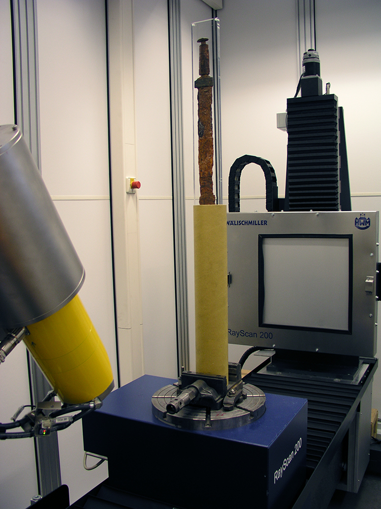 Durchleuchtung eines Schwertes aus dem Landesmuseum Württemberg in 3-D-Röntgen-Computertomografen an der Hochschule Aalen. © Landesmuseum Württemberg, Foto: Moritz Paysan, CC BY-SA