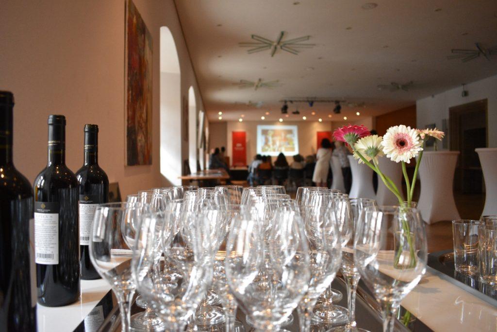 Mit Wein und Snacks bot die an den Vortrag anschließende Finissage nochmals die Gelegenheit zum gegenseitigen Austausch. © Marcel Schmitz, LM