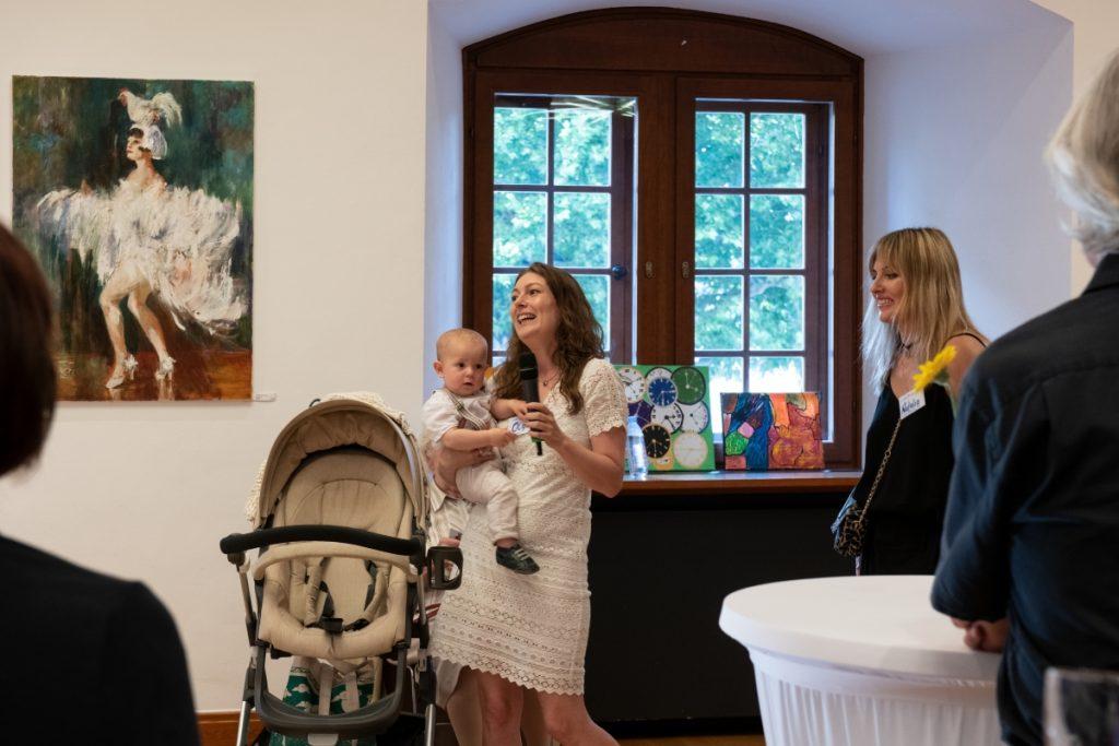 Die Künstlerin Olga Beckmann mit dem jüngsten Mitglied des Kunstvereins - ihrem Sohn Marius ©Cennet Celik, Landesmuseum Württemberg