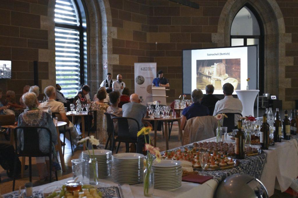 Einführung in die Geschichte georgischen Weinanbaus durch Herrn Badjelidze, übersetzt von Tengiz Dalalishvili vom Verein Georgisches Kultur-Haus ©Isabel Schwab, Landesmuseum Württemberg