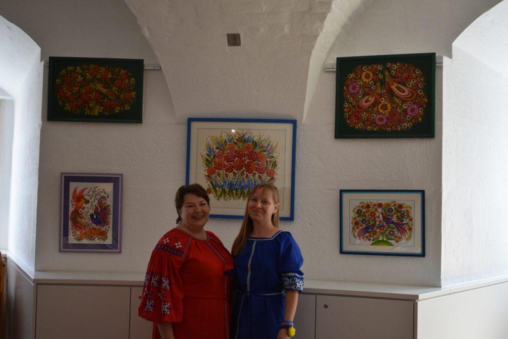 Die beiden Künstlerinnen für Petrykivka Malerei wurden extra für den Workshop aus der Ukraine eingeflogen ©Isabel Schwab, LMW