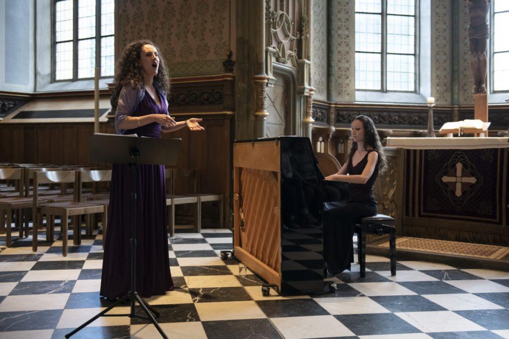 Maria Palaska und Elisa Malandra präsentierten in der wunderbaren Kulisse der Schlosskirche Lieder aus und über Griechenland ©Hendrik Zwietasch, LMW