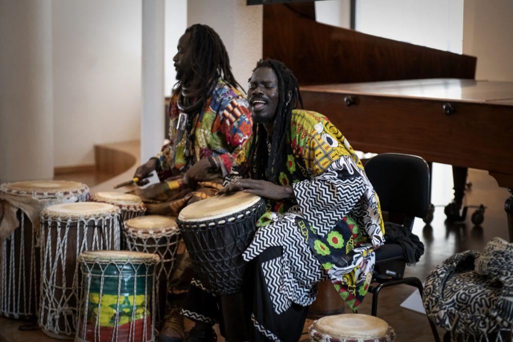 Baye Cheikh Mboub und Mame Cheikh Seck vom Verein Baye-Fall e. V. führten in die Rhythmen westafrikanischer Trommelkunst ein ©Cennet Celik, LMW