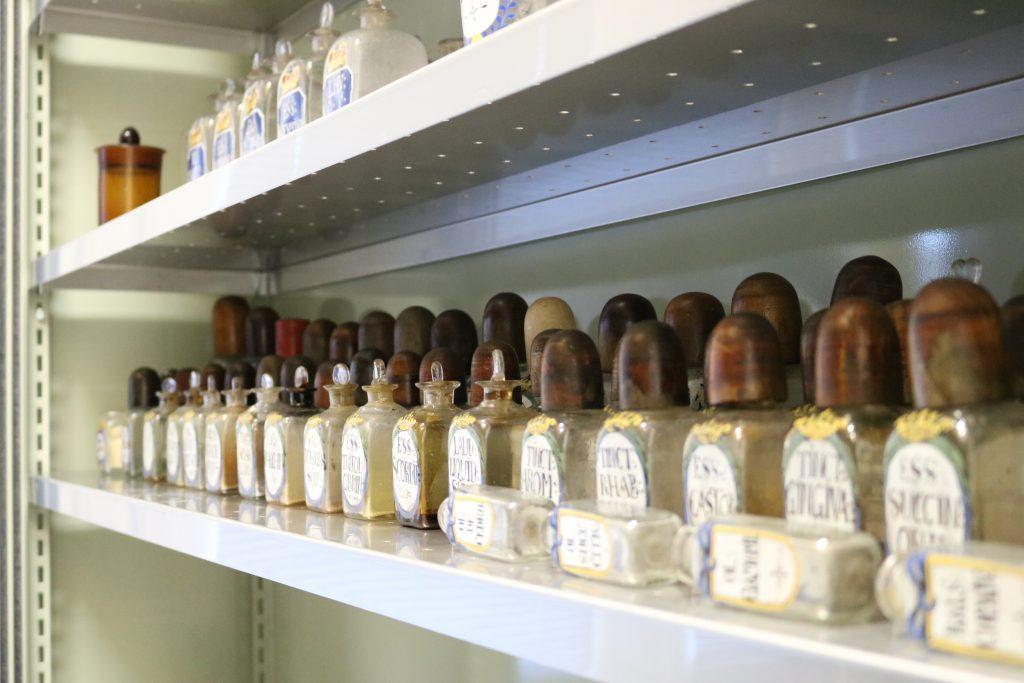 Apothekenflaschen aus dem 18 Jahrhundert im Depot