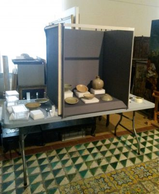 Provisorischer Aufbau für die Präsentation der Objekte in Vitrinen