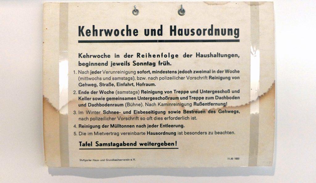 Kehrwochenschild des Haus- und Grundbesitzervereins im Museum der Alltagskultur, Schloss Waldenbuch. © Landesmuseum Württemberg, Foto: Frank Lang, CC BY-SA