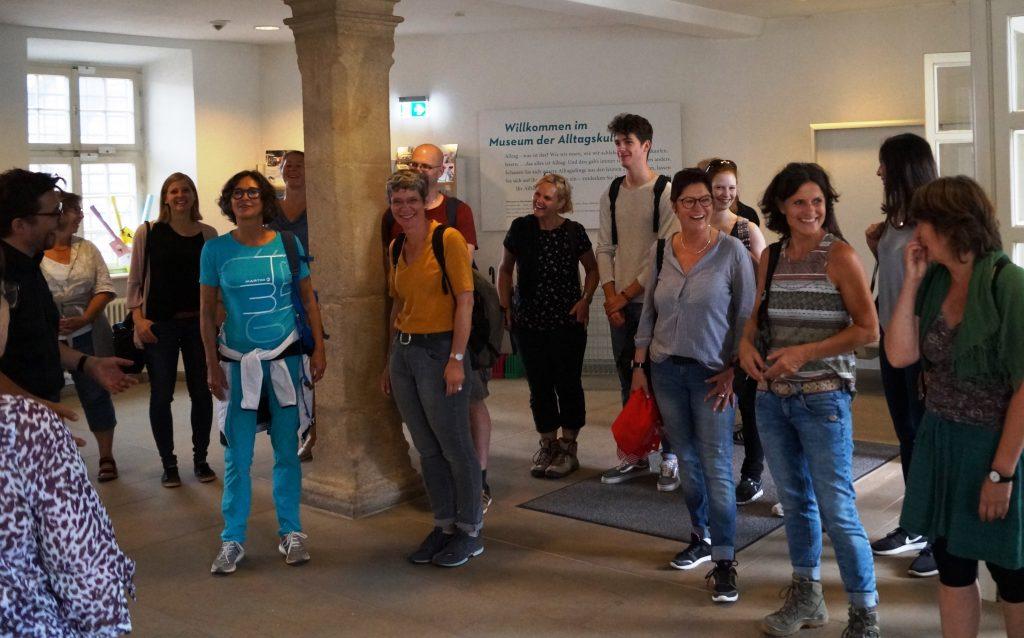 """""""Die"""" 15.000sten Besucher sind sichtlich überrascht über den großen Empfang am Eingang des Museums © Maike Lange, Landesmuseum Württemberg"""