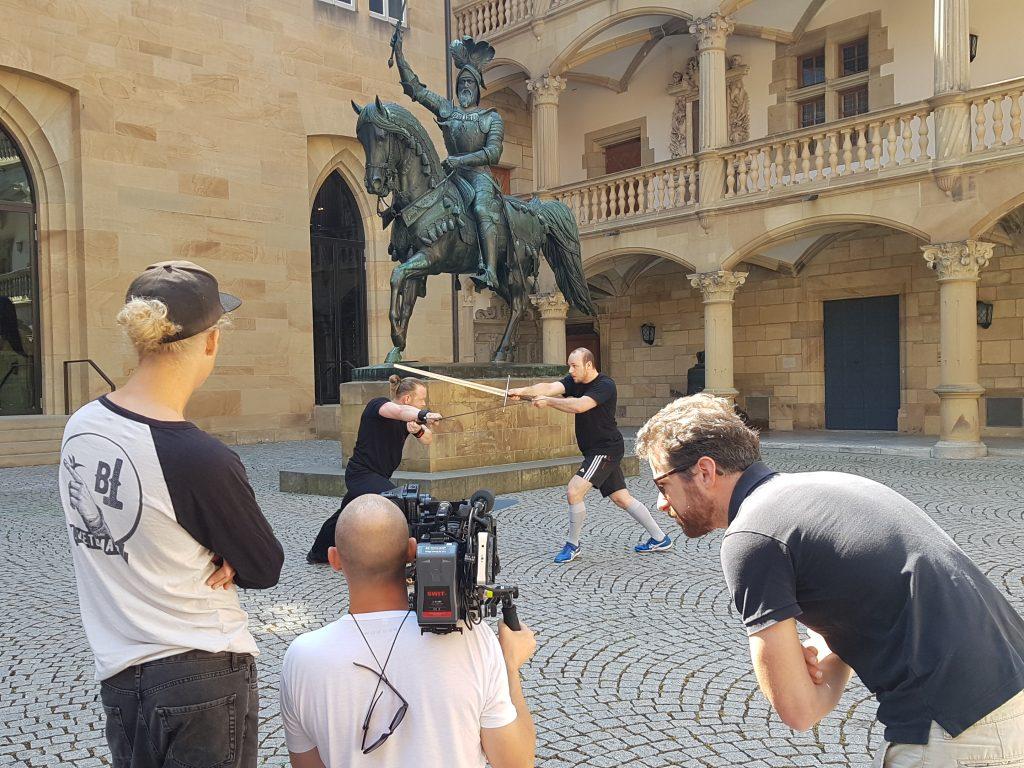 Schwertkampf in Szene gesetzt.