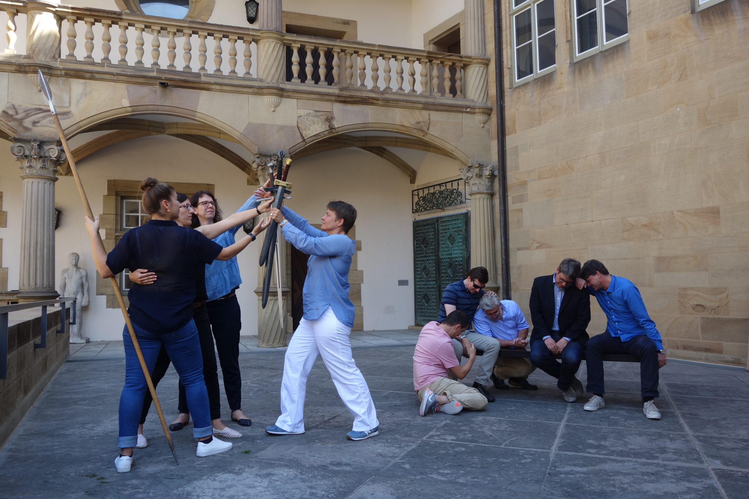 """Rollentausch: Nachstellen des """"Schwurs der Horatier"""" aus dem Louvre"""