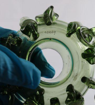 Die Inventarnummer an einem Glasobjekt