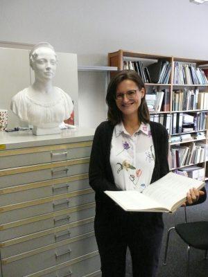 Caroline Schmuck Caroline Schmuck bei ihren Recherchen