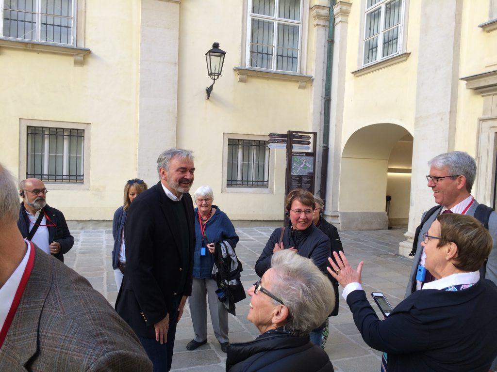 Fritz Fischer begrüßt unsere Gruppe an seiner neuen Wirkungsstätte in der Hofburg.