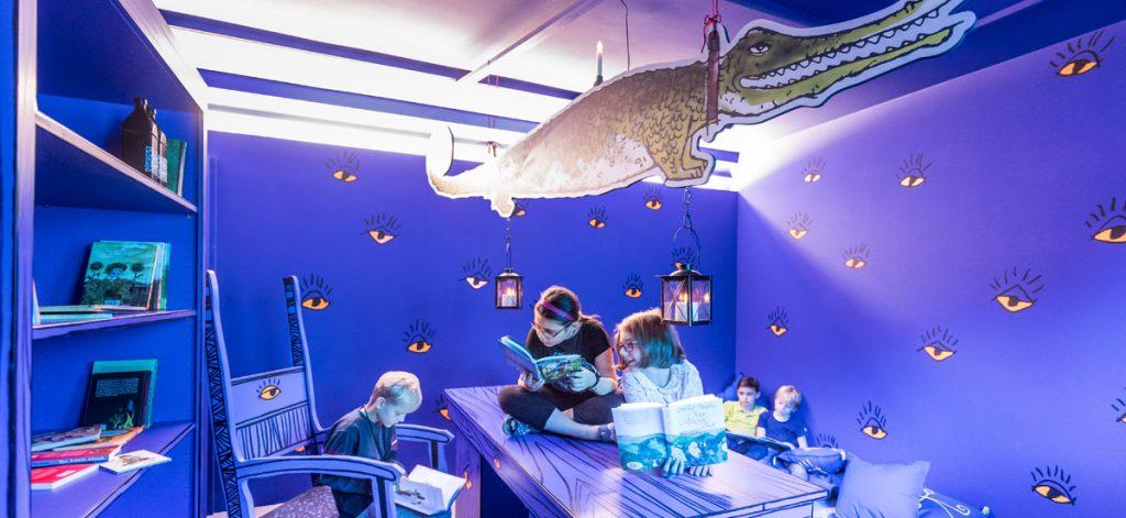 Das Studierzimmer des Zauberers Zwackelmann - hier können die Kinder unter anderem die Werke Otfried Preußlers entdecken.