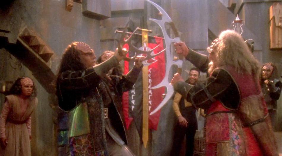 Klingonen mit Bat'leth © Paramount Pictures / bit.ly/2qwWEs7