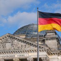 Deutsche Fahne vor dem Reichstag in Berlin © pixabay.com CC-O