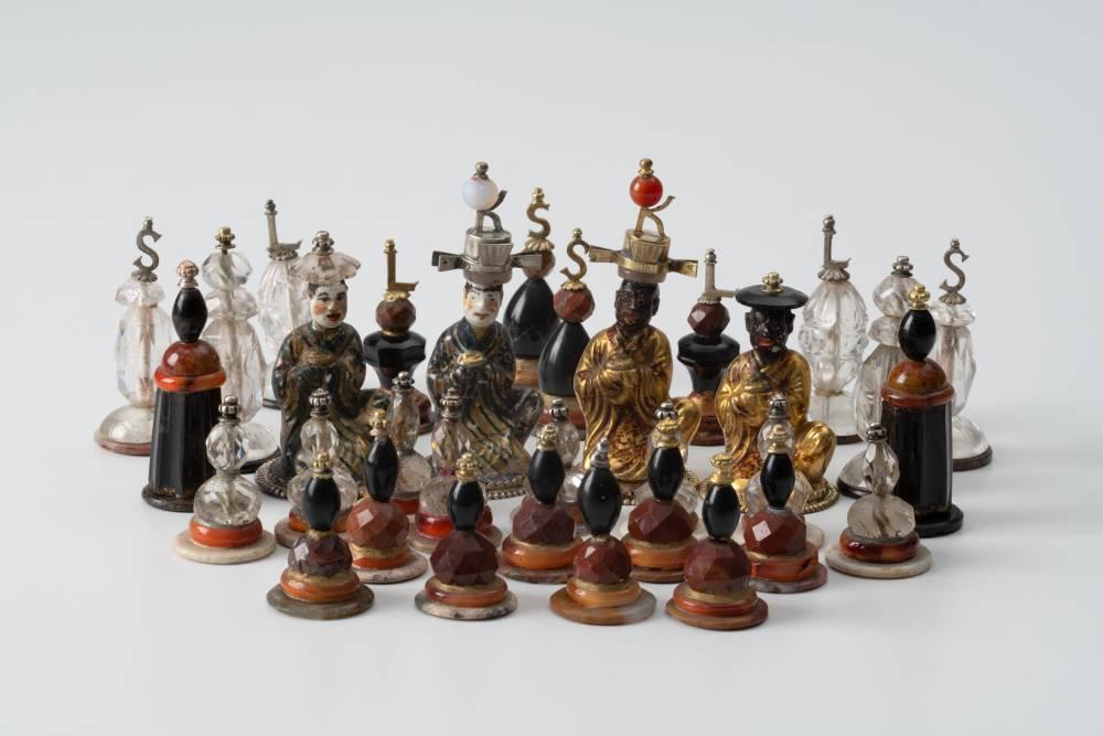 Schachfiguren aus Halbedelsteinen (Bergkristall, Jaspis, Achat) und Porzellan, Silber, vergoldet.