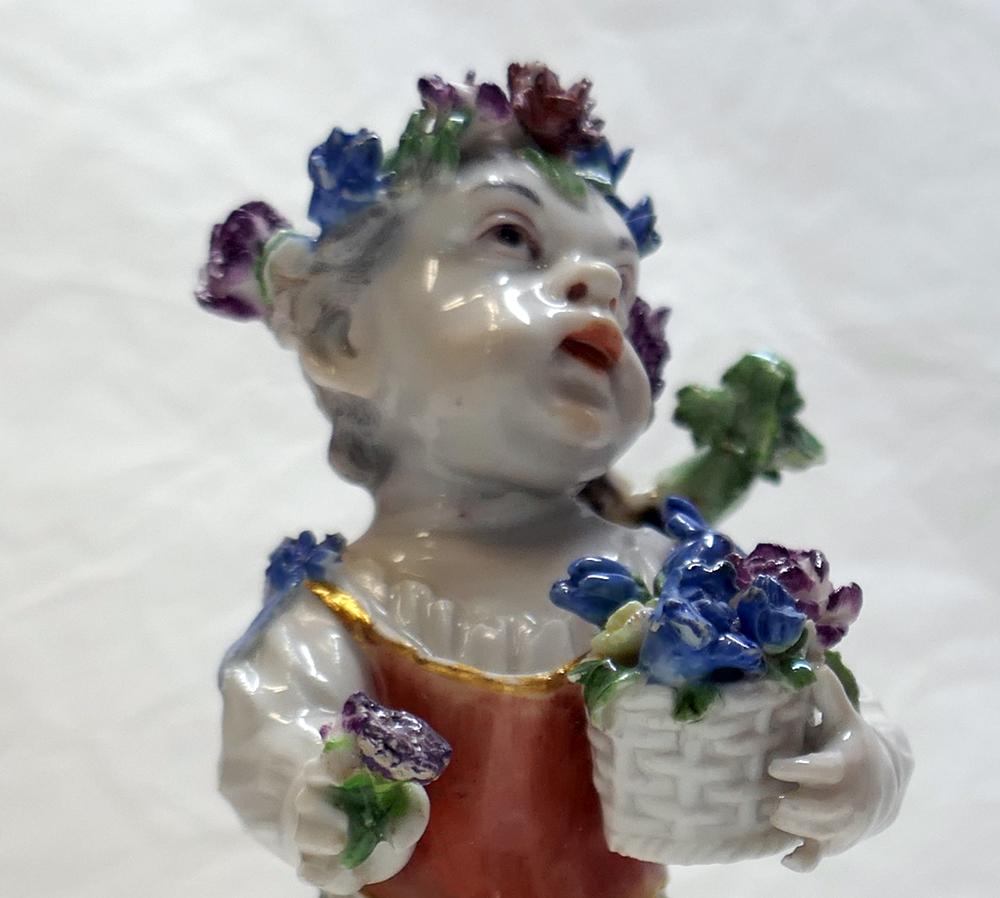 Mit träumendem Blick schaut das Porzellanmädchen in die Ferne