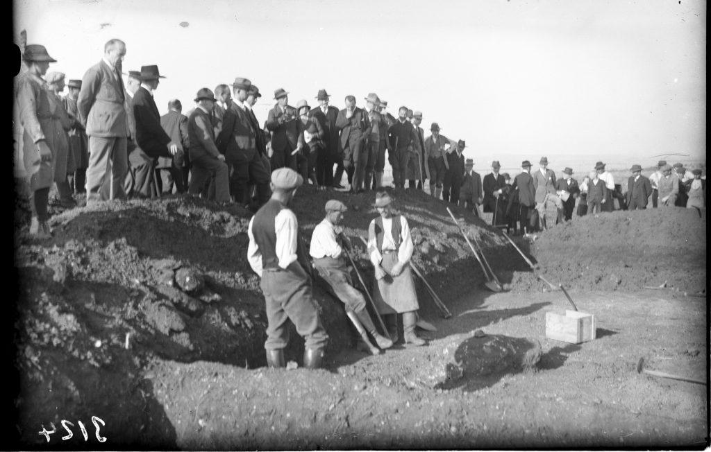 Besucher auf der Ausgrabung auf dem Goldberg im Oktober 1927 (c) Landesmuseum Württemberg, Bildarchiv