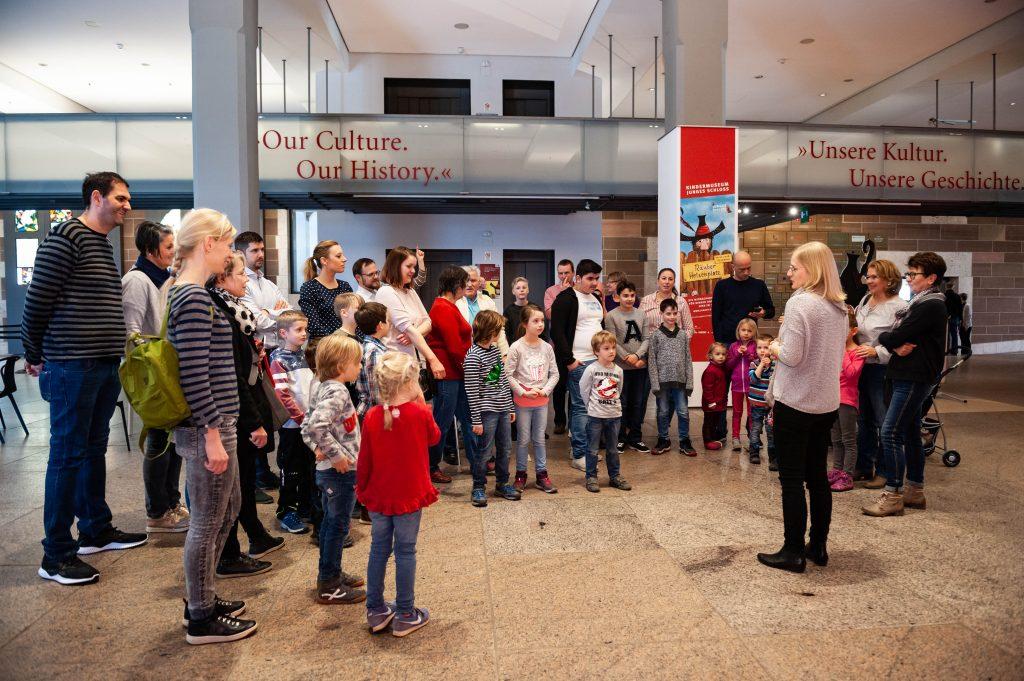 Museumspädagogin Inda Schneider begrüßt die neuen Räuber © Landesmuseum Württemberg, Yamaly Bayer-Gomez