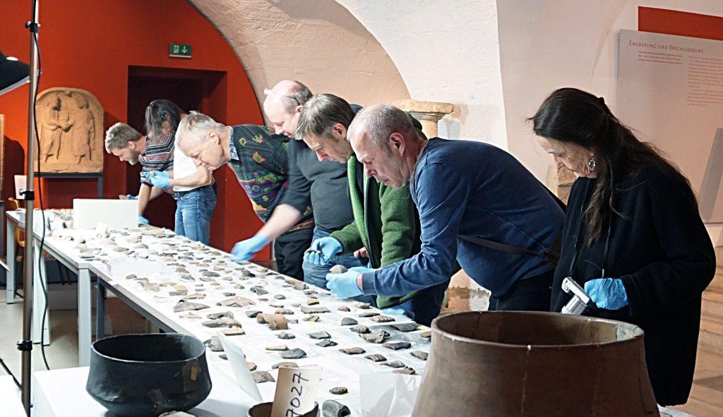 Archäologen bei der Durchsicht der Keramikscherben (c) Landesmuseum Württemberg, Romy Heyner